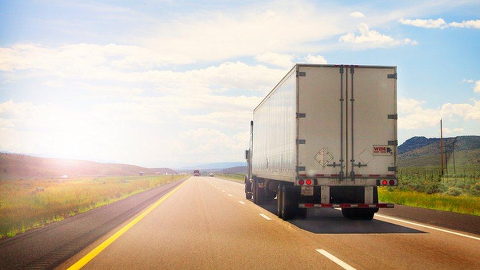 Camión en ruta estadounidense.