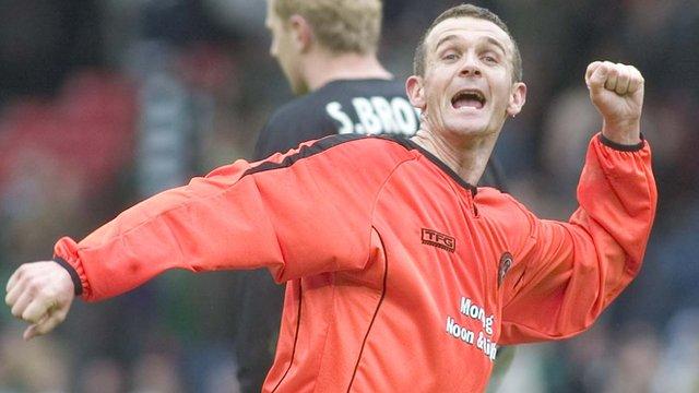 Jim McIntyre celebrates as Dundee United beat Hibernian