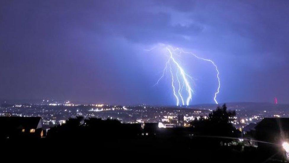 Munja u obliku viljuške iznad neba u Blekburnu