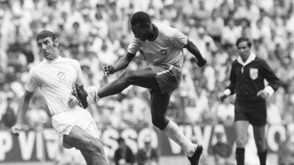 Pelé em jogo contra Tchecoslováquia