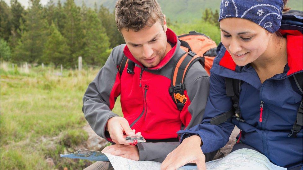 Hombre y mujer consultando un mapa