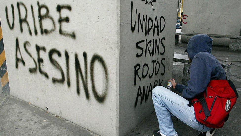 Las polémicas políticas de seguridad aplicadas durante su gobierno. hicieron que Uribe ganara numerosos detractores.