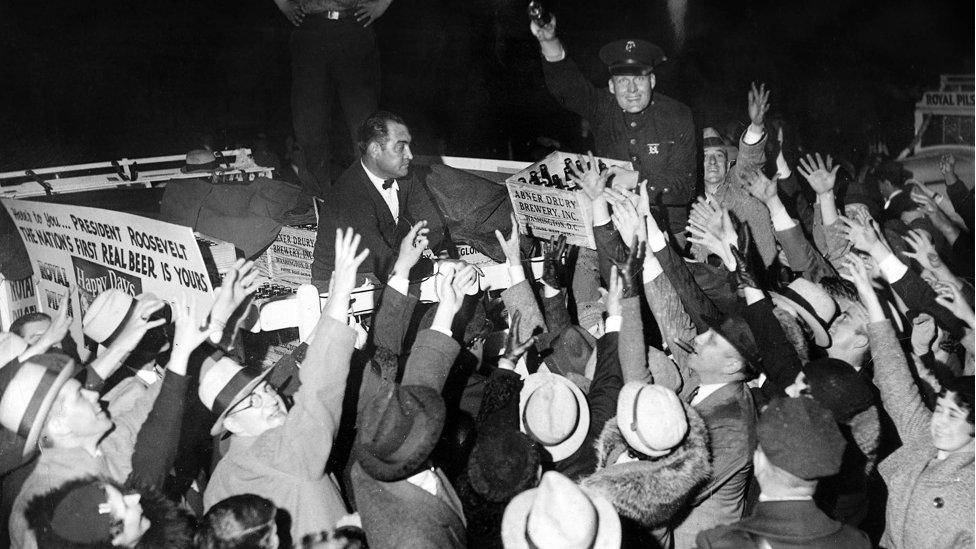 """El primer cargamento de cerveza """"legal"""" llega a la Casa Blanca, después del fin de la prohibición en abril de 1933."""