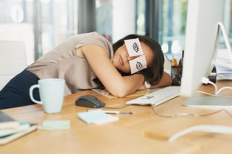 mujer dormida en la oficina