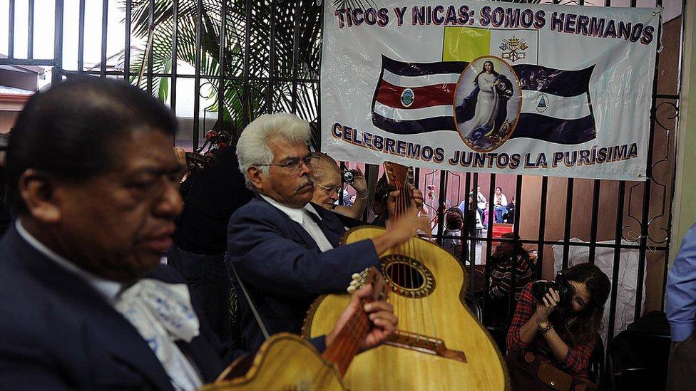 Mariachis celebrando la unión de ticos y nicas.