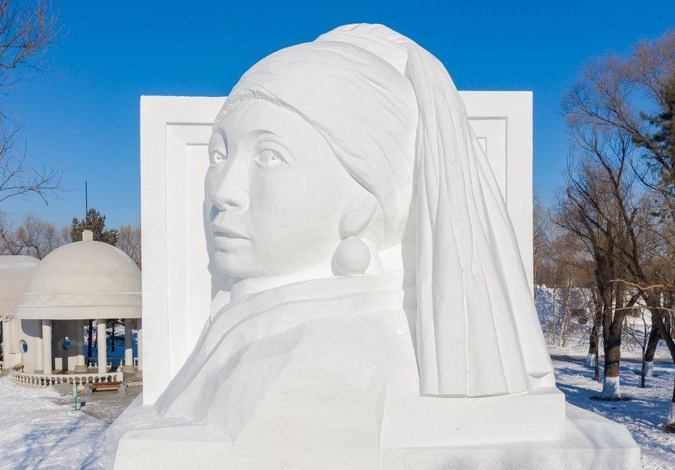 نحت جليدي للوحة الفتاة ذات القرط اللؤلؤي ليوهانس فيرمير