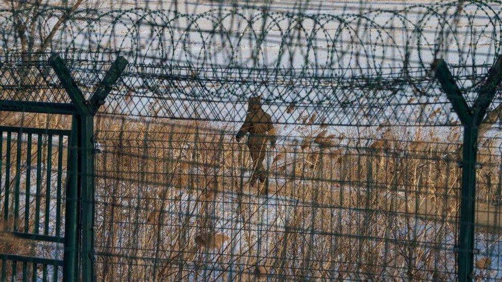 Una enorme reja de alambres púas separa la frontera entre Corea del Norte y China.