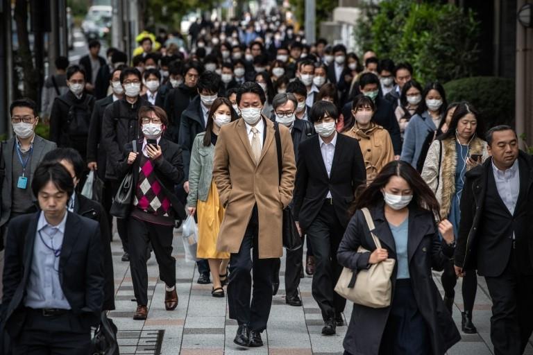 Japoneses caminando en una calle de Tokio