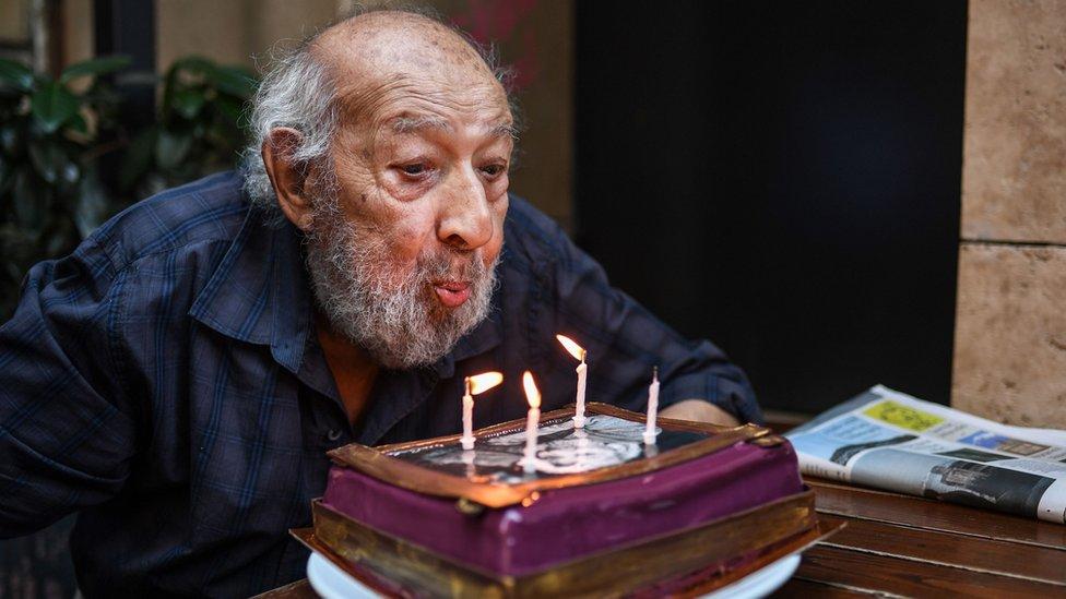 آرا غولر يطفئ شموع كعكة عيد ميلاده الـ 90 في 16 آب / أغسطس 2018.