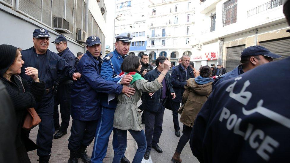 وجود مكثف للشرطة الجزائرية في شوارع البلاد مع خروج مظاهرات ضد ترشح بوتفليقة لرئاسيات 2019