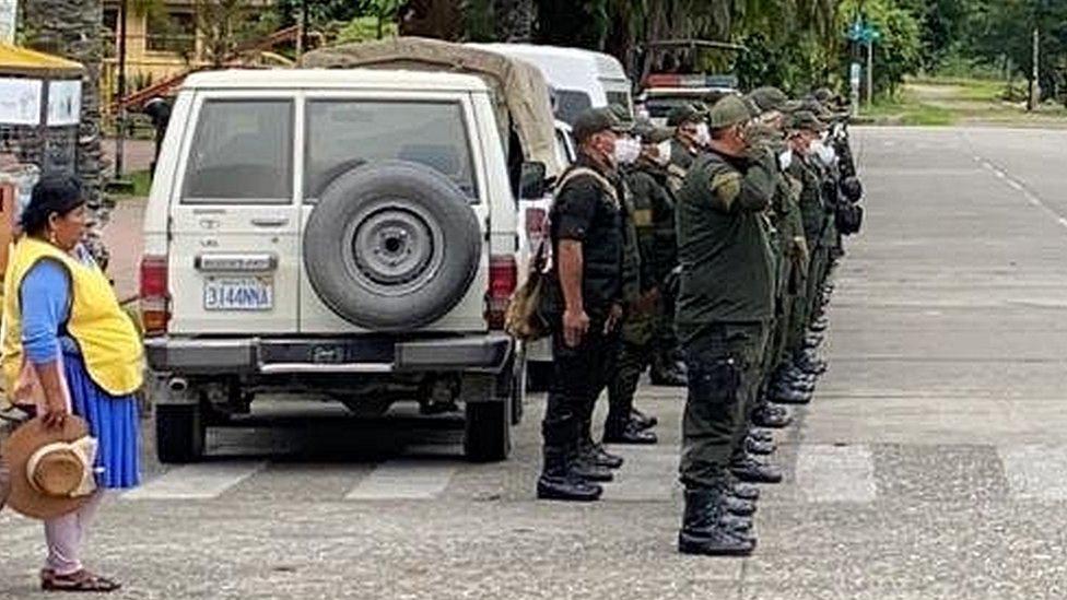 Cocalera y soldados