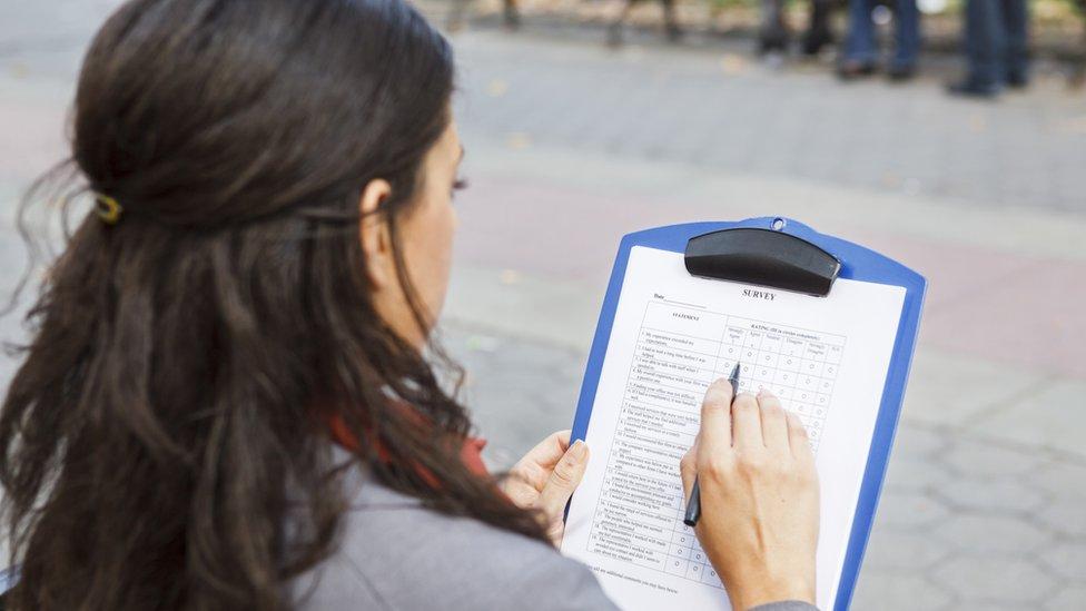 Mujer llenando una encuesta