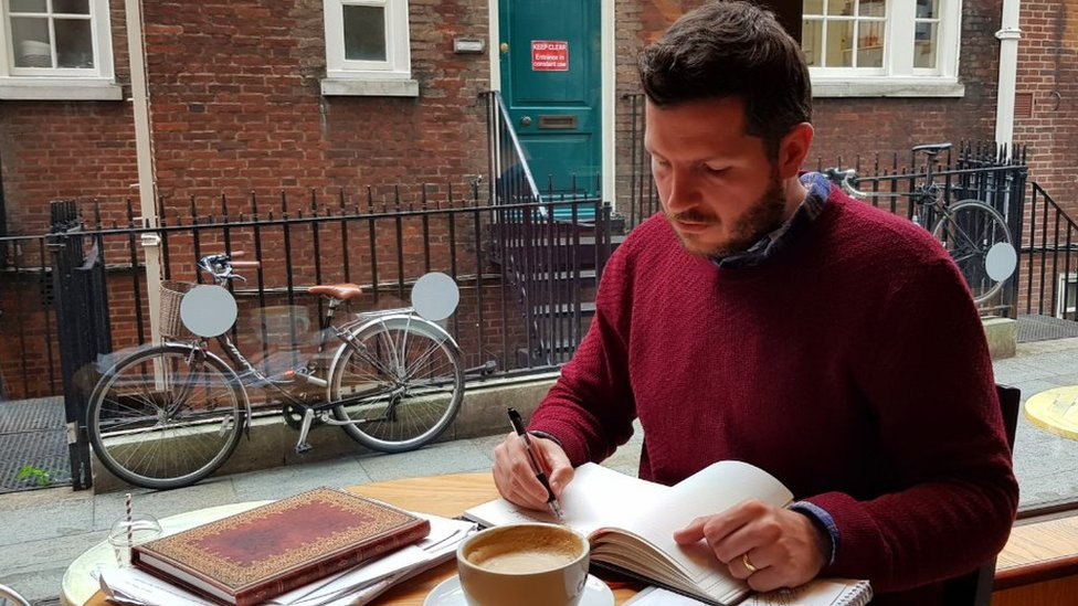 Thomas Leeds escribiendo su libro de aventuras.
