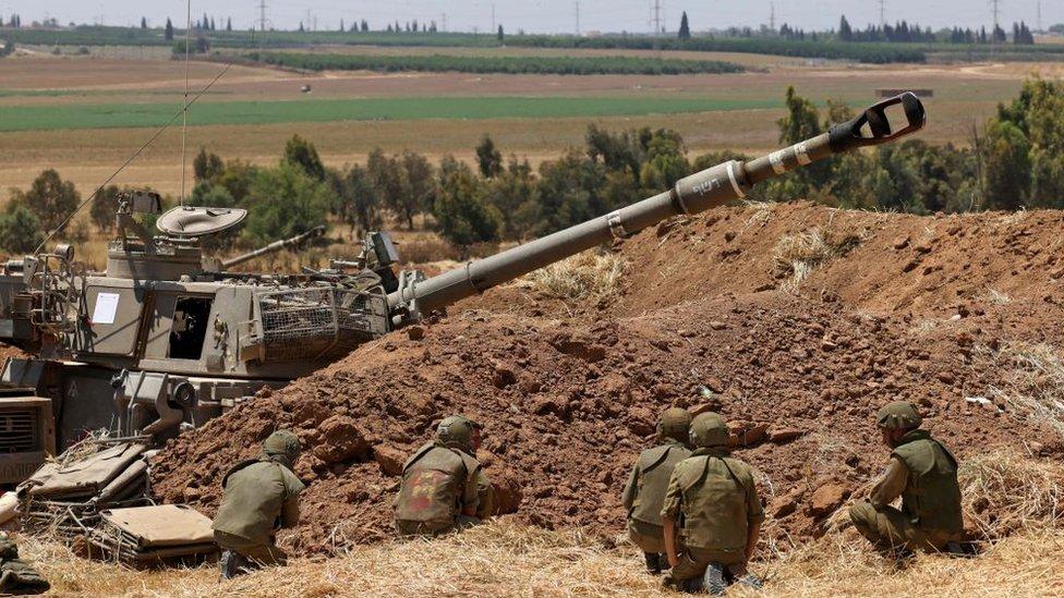 Soldados israelíes toman posiciones en la frontera con la Franja de Gaza, mayo 13 de 2021