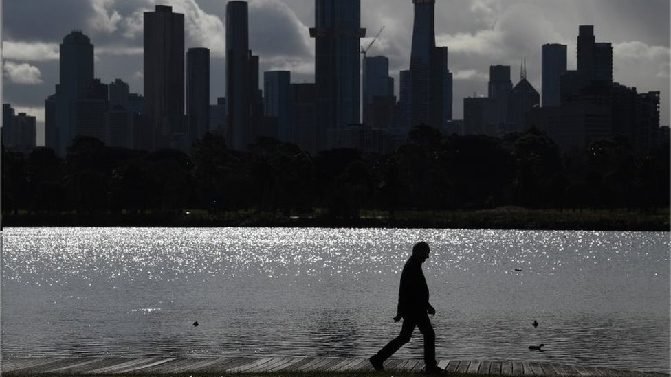Homem caminhando em Melbourne