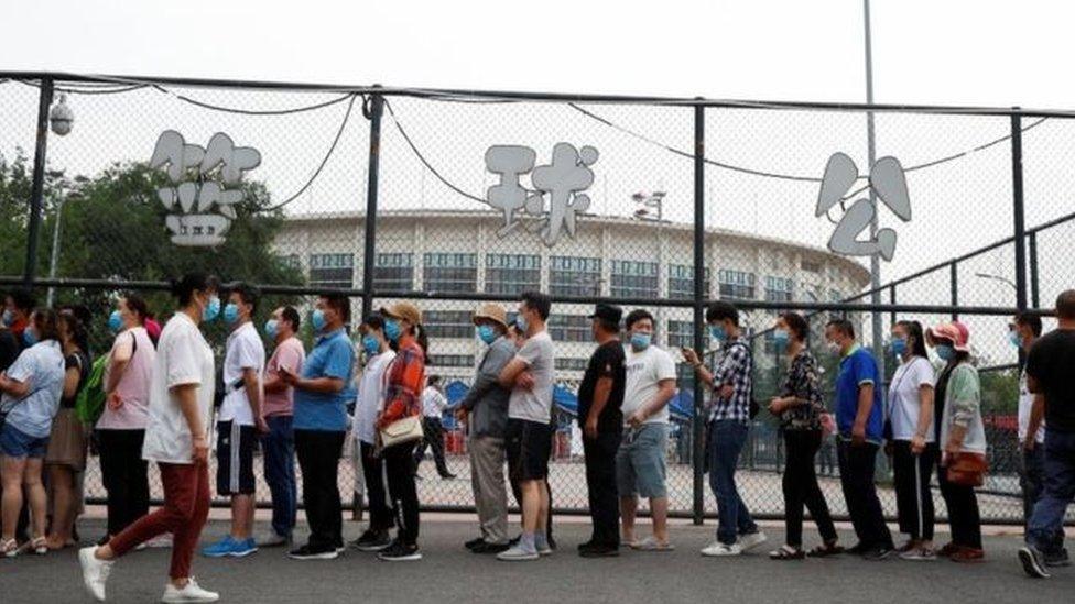 اصطف الناس في طوابير أمام مختبرات الفحص