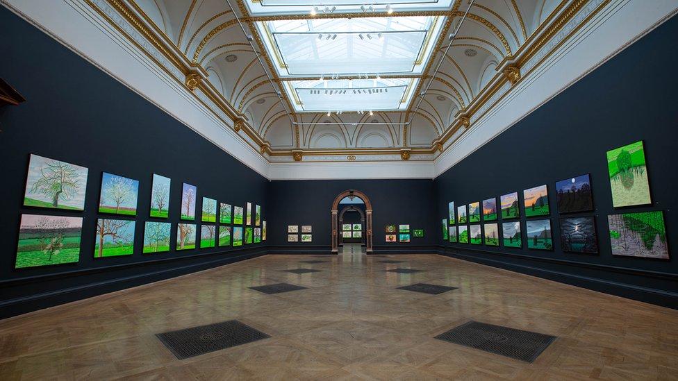 Sala en la Royal Academy con la exposición de las imágenes en iPad de David Hockney