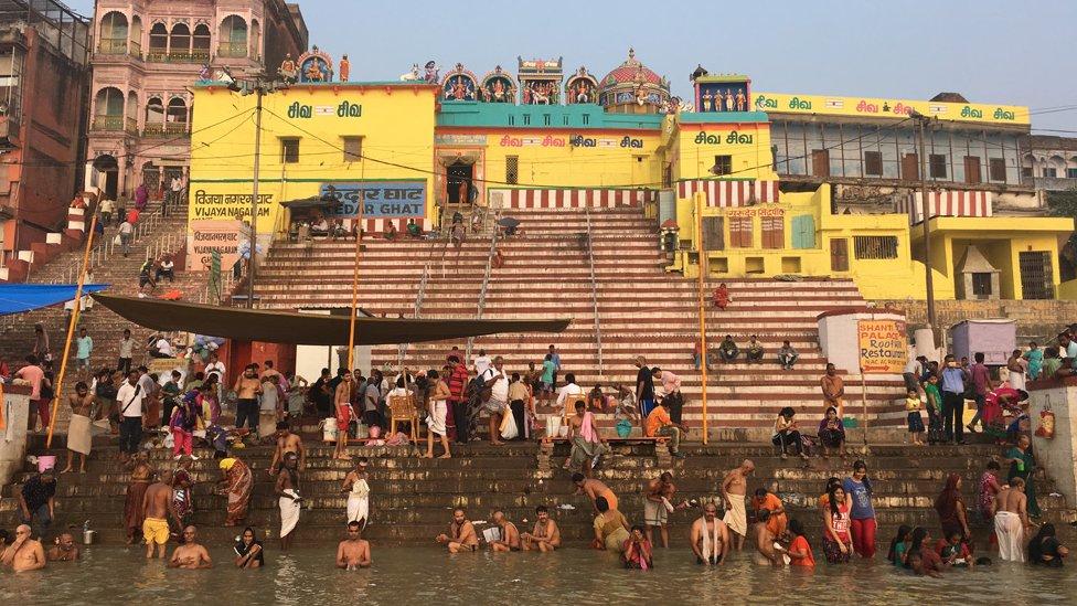 Indijski sveti grad Varanasi na obali reke Gang