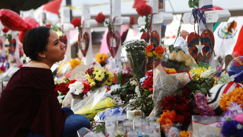 Una amiga de una de las víctimas del tiroteo de El Paso, Javier Amir Rodríguez, sentada en el altar que rinde tributo a las víctimas del tiroteo del 3 de agosto de 2019.