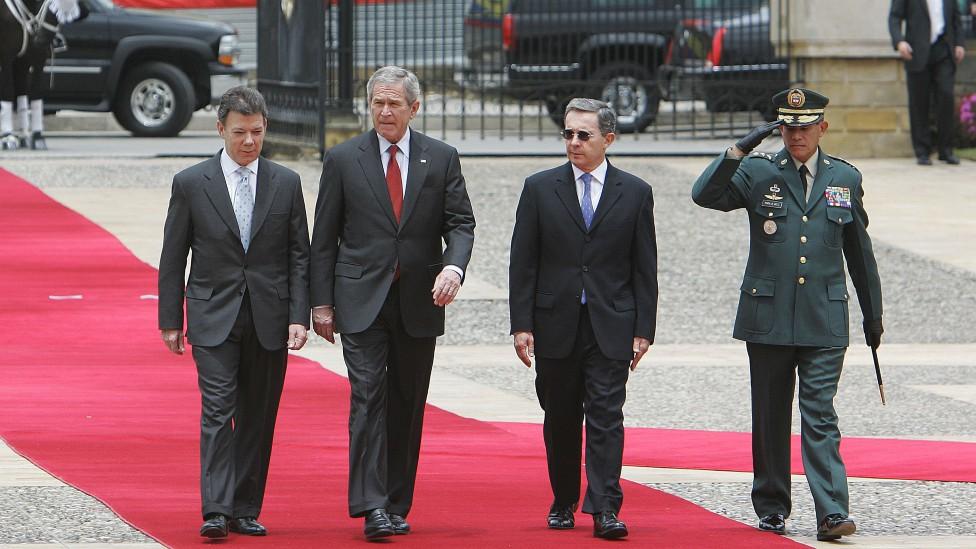 Santos, Bush y Uribe