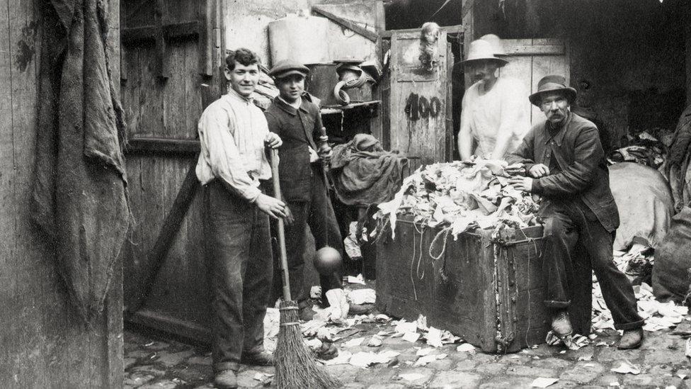 Recolectores de trapos fotografiados en París en 1913.