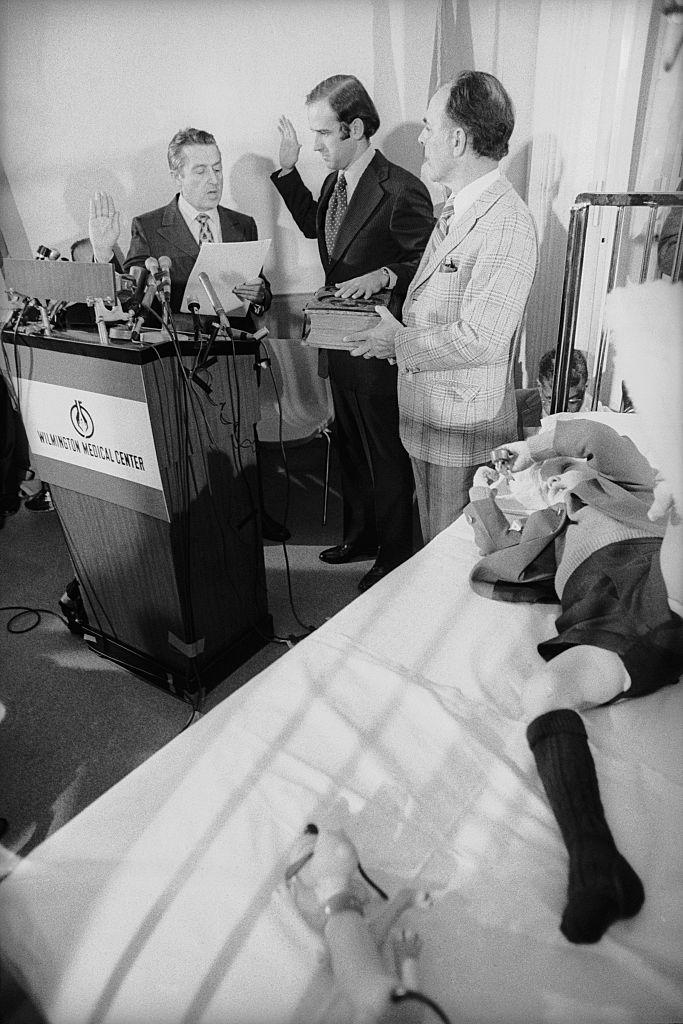 Joe Biden juramentando ante la cama de su hijo