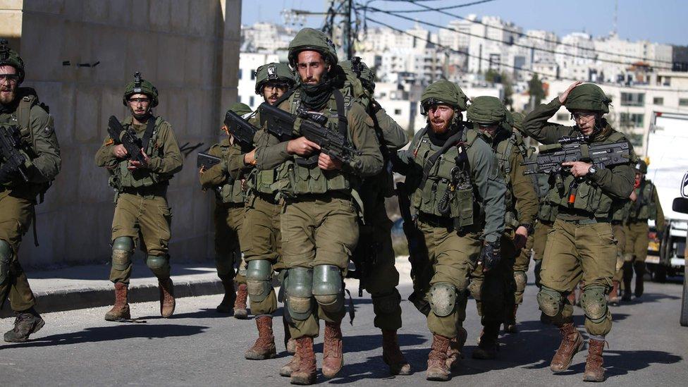 اقتحمت قوات كبيرة من الجيش معززة بآليات عسكرية مدرعة المخيم