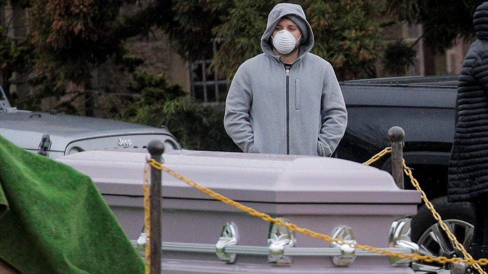 Коронавирус: в штате Нью-Йорк роют братские могилы, там больше случаев Covid-19, чем в любой стране
