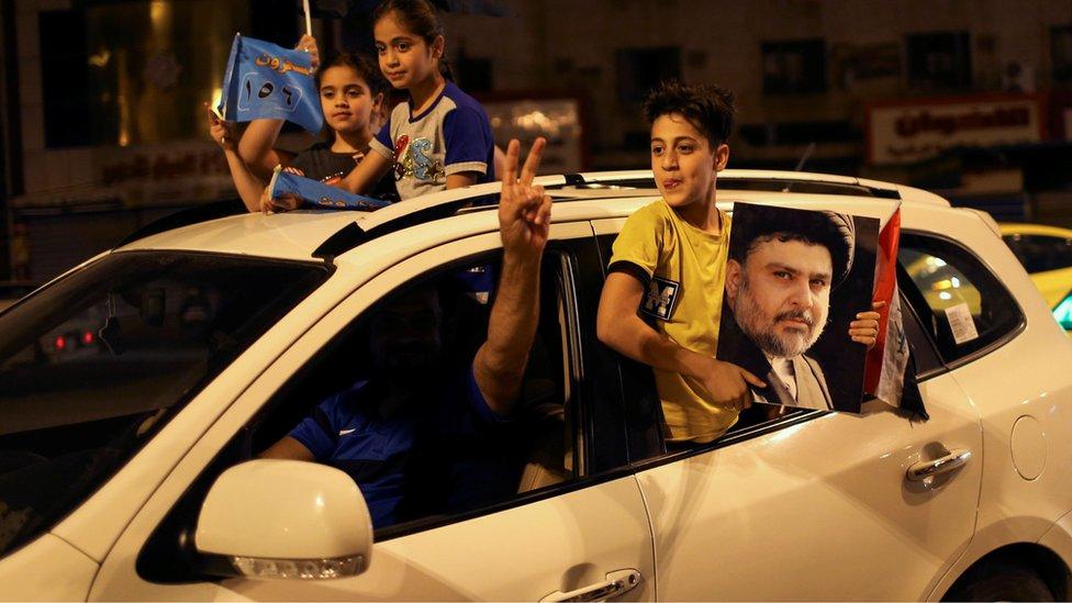 أنصار الصدر يحتفلون بفوز تحالفه في الانتخابات
