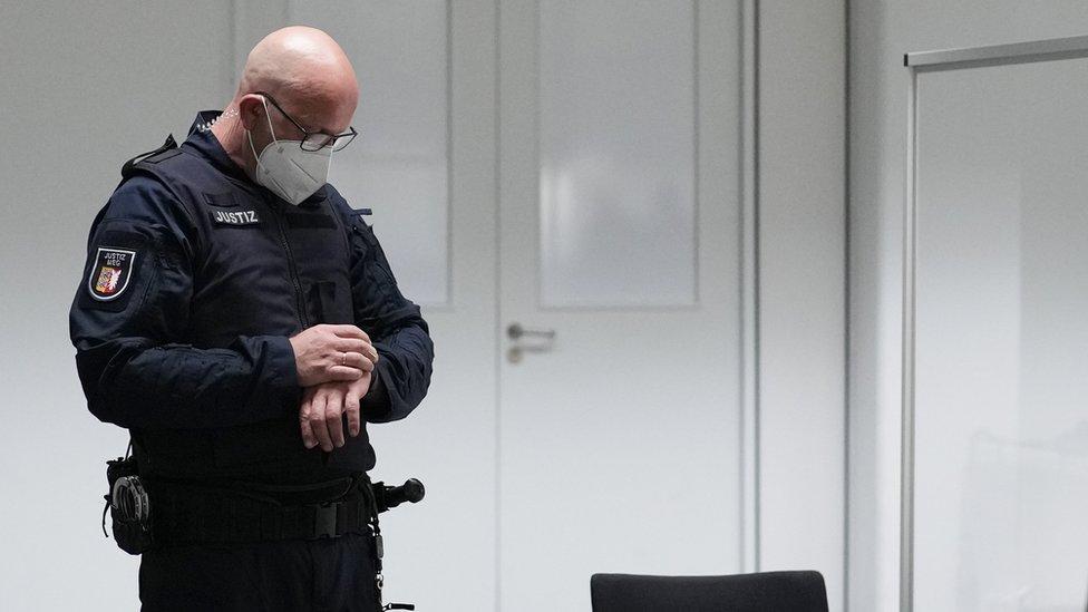 Обвиняемая в преступлениях нацизма 96-летняя немка Ирмгард Фюрхнер, сбежавшая накануне слушаний, предстала перед судом