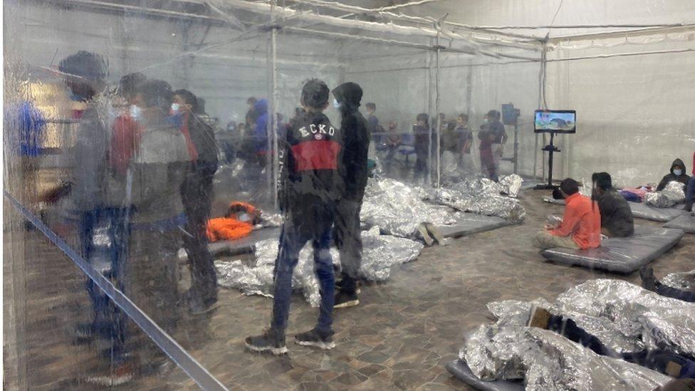 Niños en un campamento de migrantes