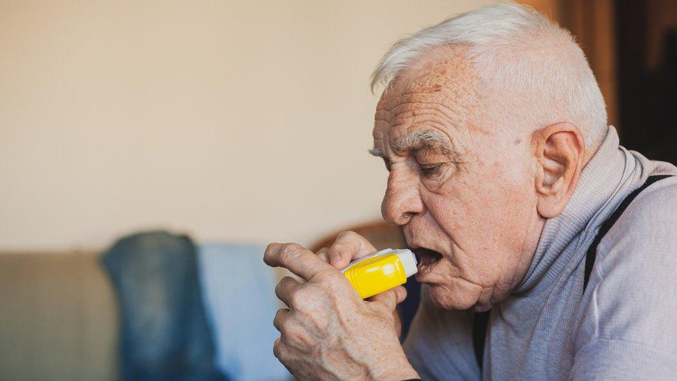 Stariji muškarac sa pumpicom za vazduh