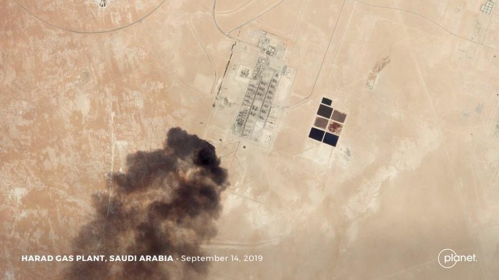 США опубликовали снимки нефтяных объектов в Саудовской Аравии. Откуда их атаковали, неясно
