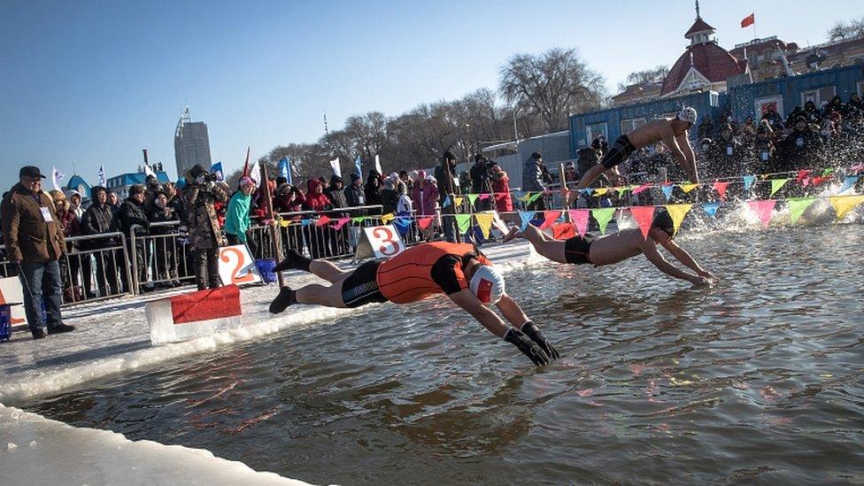takmičenje u plivanju na festivalu leda i snega