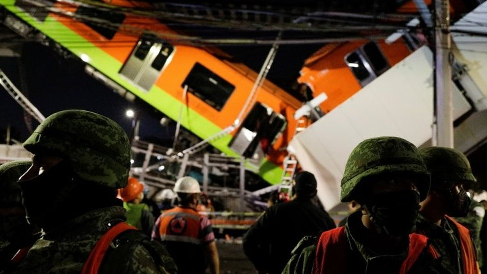 Equipos de rescate en la cercanía del accidente del metro de la línea 12