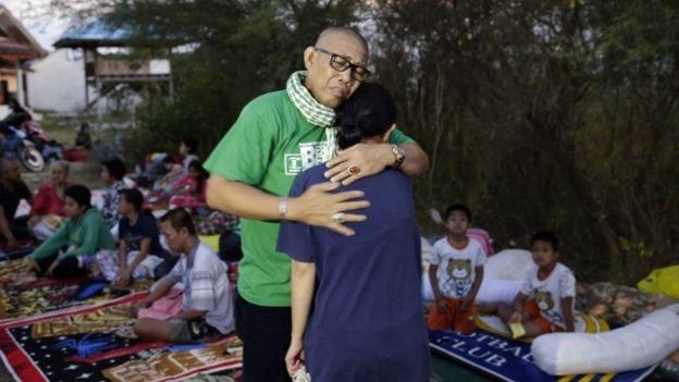 Depremzedeler birbirlerini teselli ediyor