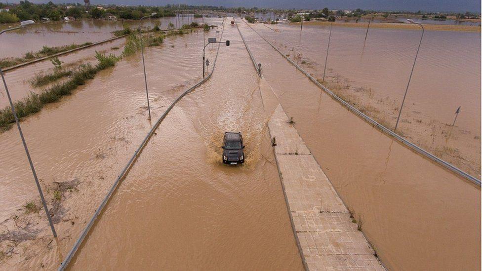 مياه الفيضانات غمرت الطرق في أنحاء اليونان