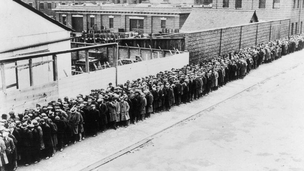 Fila de personas esperando que les den comida. Nueva York, 1930.