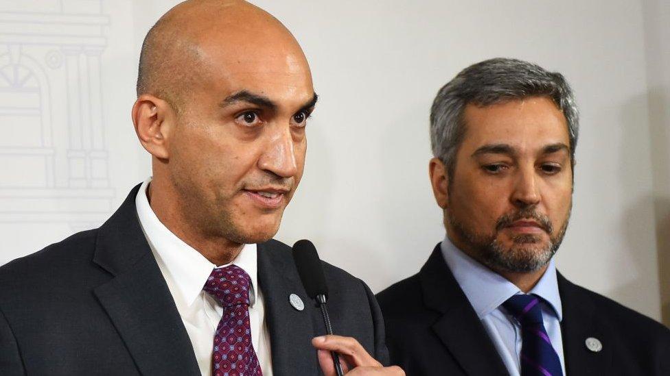 Julio Mazzoleni junto a Mario Abdo Benítez.