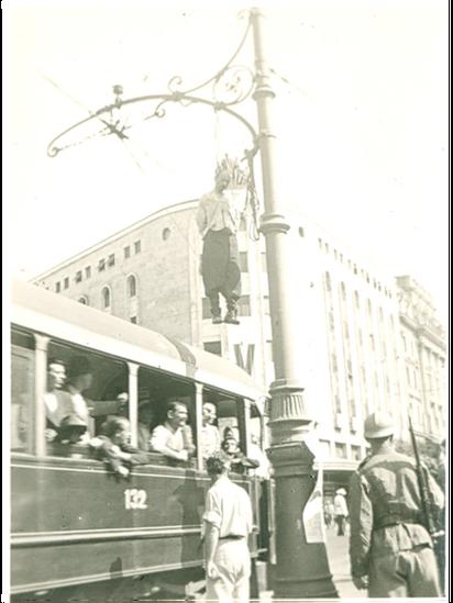 Putnici u tramvaju kada su ugledali prizor na Terazijama 1941. godine