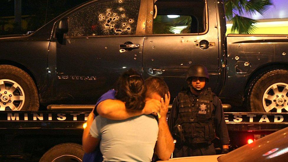 Culiacan'da, uyuşturucu kaçakçılarıyla yaşanan çatışmada arkadaşlarını kaybeden polis memurunu eşi teselli etmeye çalışırken.
