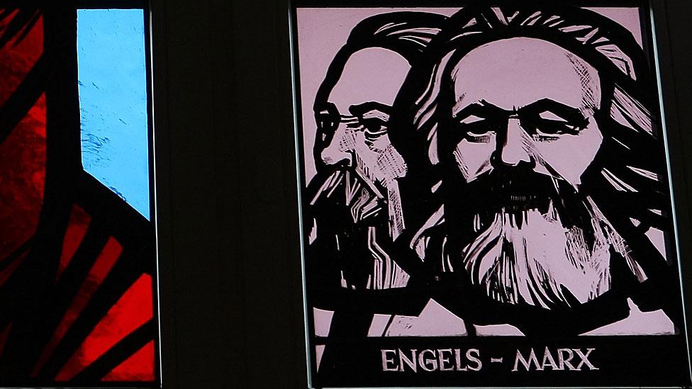 Vitral con Engels y Marx