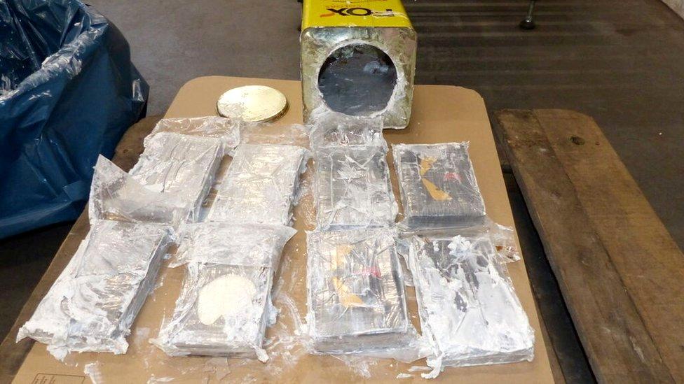 ضبط الكوكايين في مرفأ هامبورغ داخل عبوات مادة لحشو الجدران