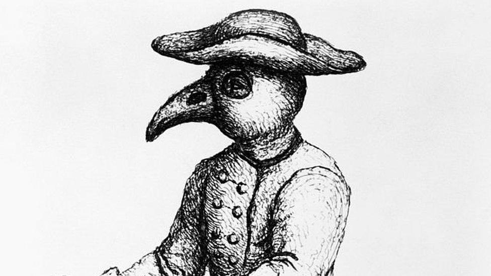 Médico da praga usando roupa de pássaro