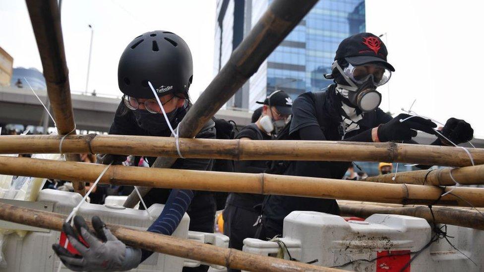 Новые столкновения с полицией в Гонконге, протестующие возвели баррикады из бамбука