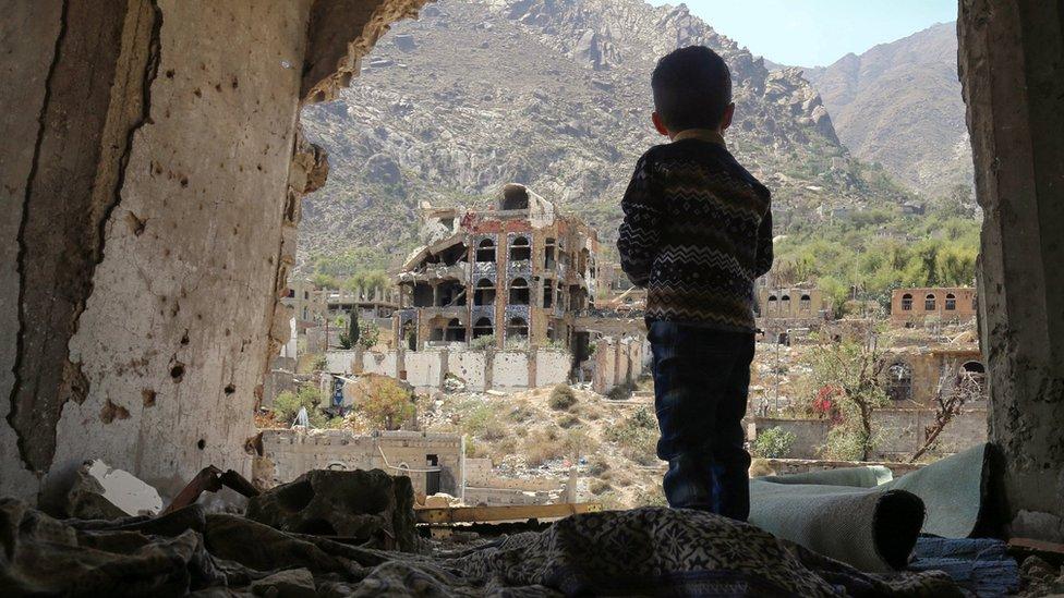 Jemenski dečak u porušenom gradu