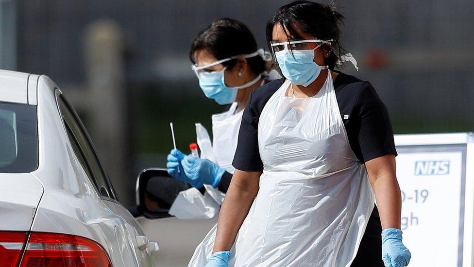 Пандемия коронавируса: вcе больше смертей в Британии, Ухань ослабляет карантин