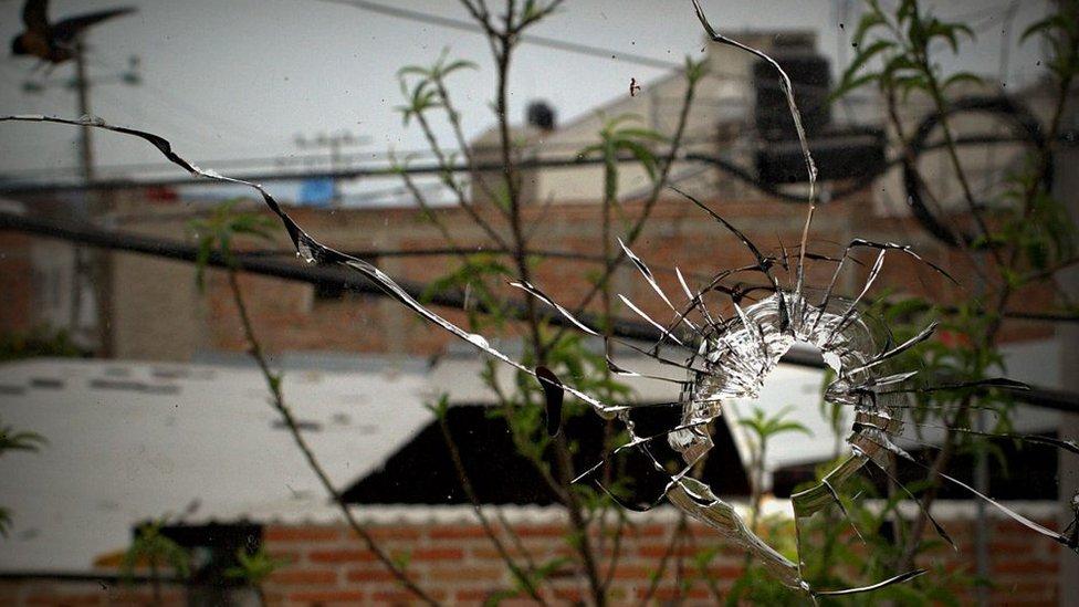 Un vidrio con un agujero de bala.