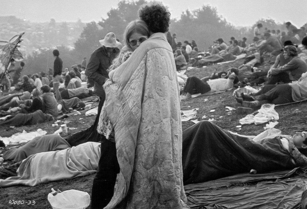 Festivalde bir battaniyeye sarılan çift
