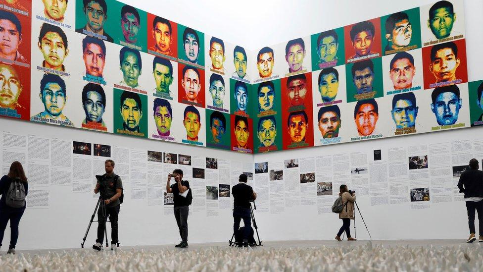 Los periodistas sacan fotos de la exposición de Ai Weiwei.